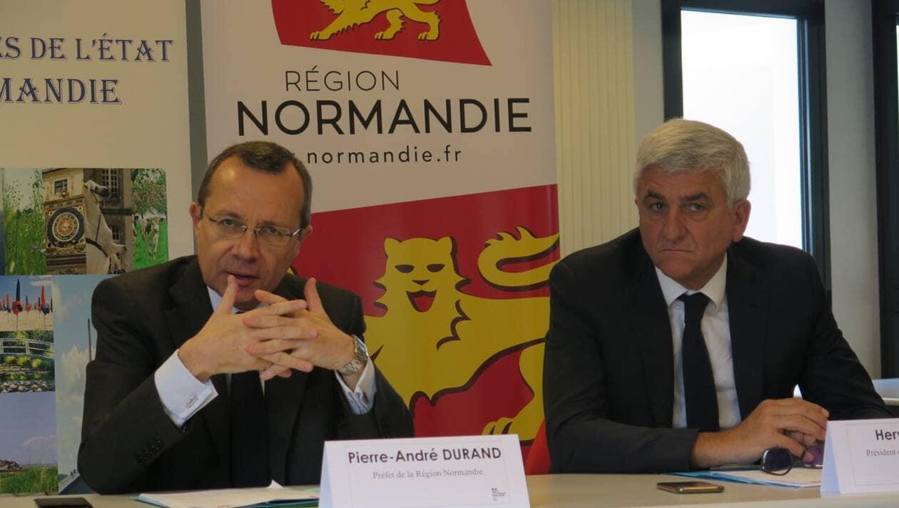 Pierre-André Durand (à gauche), préfet de Région, et Hervé Morin, président de la Normandie, ont présenté la cellule commune, ce jeudi 12 mars 2020, à Rouen. | OUEST-FRANCE